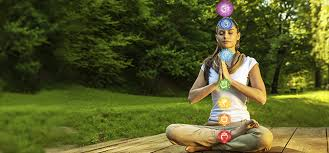 A women meditating and the locaiton of her chakras